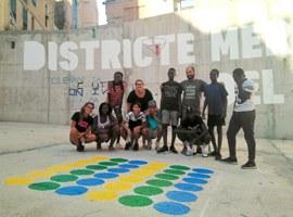 Imatge de la notícia Joves dels centres oberts del Centre Històric pinten jocs tradicionals en una plaça del barri