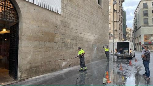 Imatge de la notícia La Paeria neteja les pintades de la façana de l'IEI