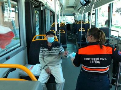 La Paeria reparteix mascaretes de protecció als usuaris del transport públic de Lleida
