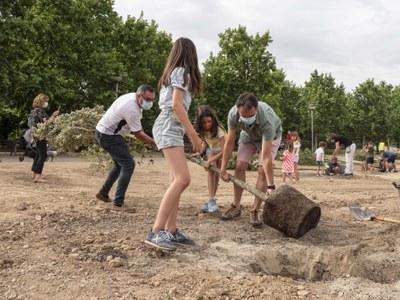 Plantació popular d'un centenar d'alzines a la nova zona verda del carrer Alcalde Pujol