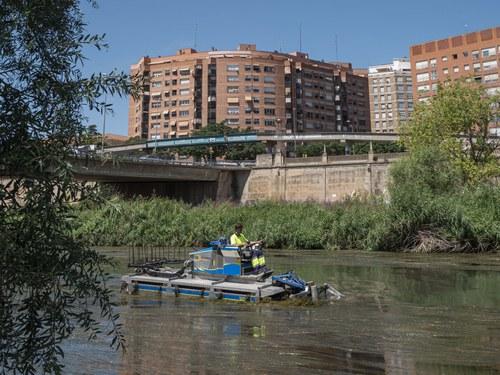 Imatge de la notícia Comencen els treballs de retirada de macròfits al tram urbà del riu Segre