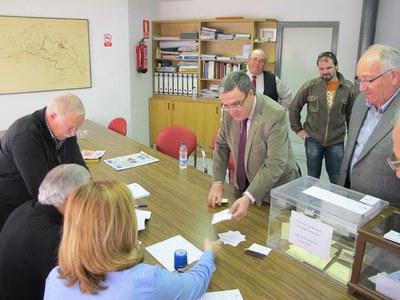L'alcalde vota en les eleccions per la renovació de la Junta de Sequiatge
