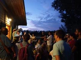 Més de 400 persones participen en la Nit dels Ratpenats al Parc de la Mitjana
