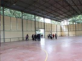Imatge de la notícia L'alcalde de Lleida, Fèlix Larrosa, visita les obres de la pista poliesportiva i la llar de Jubilats de Raimat