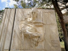 Finalitzen els treballs de restauració de l'escultura de Màrius Torres